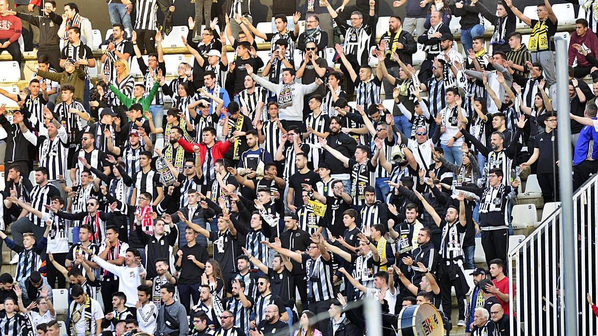 Aficionados en las gradas del Cartagonova en marzo de 2020 ante el Marbella.