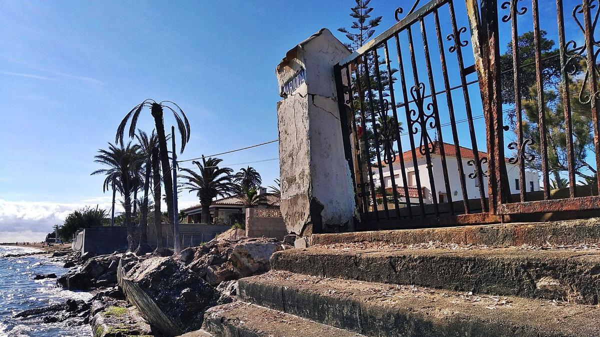 El tramo que sufre más regresión de les Marines sigue hoy como el día después de Gloria: muros derribados y hechos pedazos.   A. P. F.