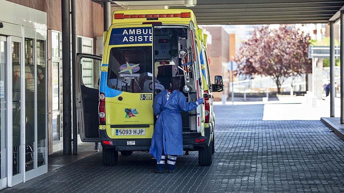 Una ambulancia en la puerta de urgencias del Virgen de la Concha.