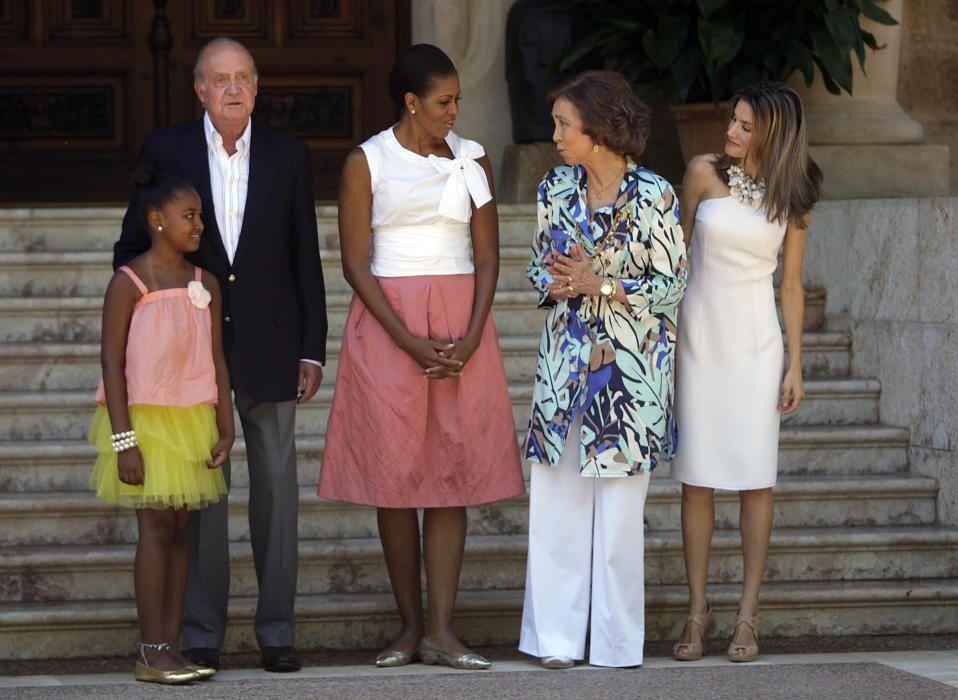 Los reyes y doña Letizia con Michelle Obama y su hija en Marivent