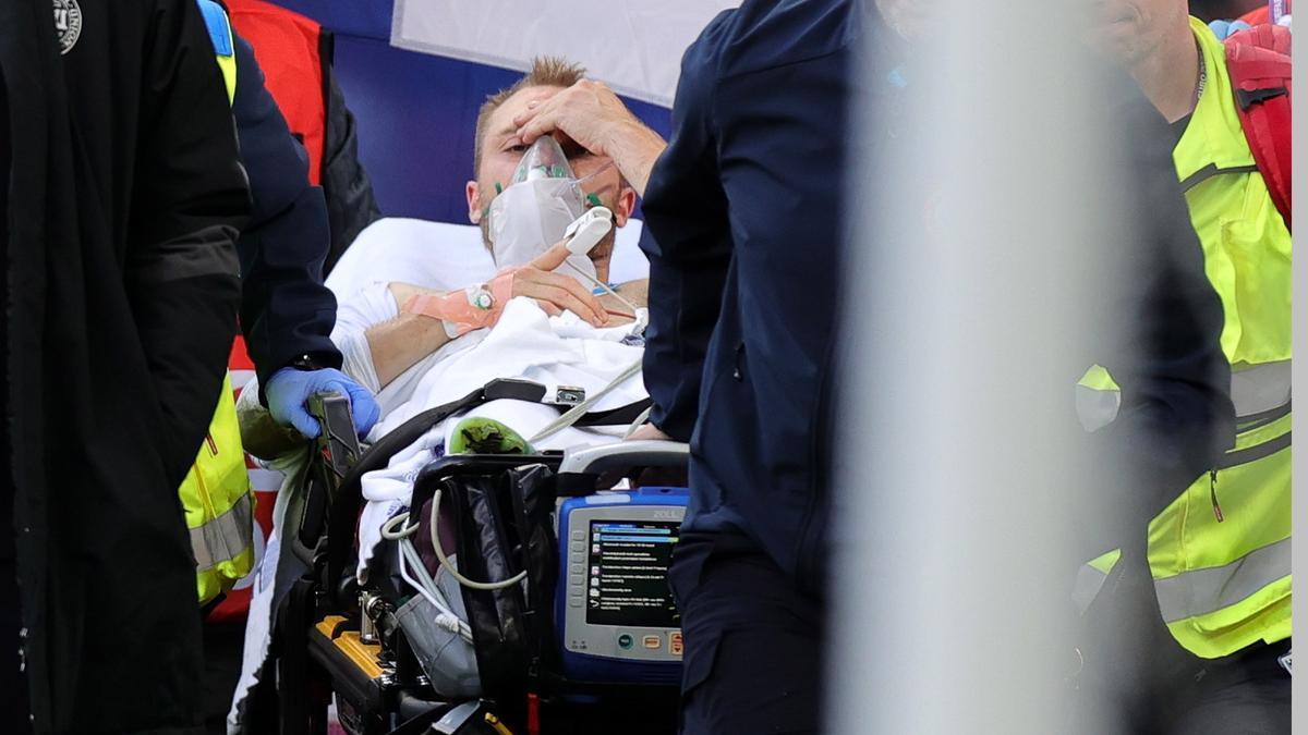 Christian Eriksen abandona el campo en camilla