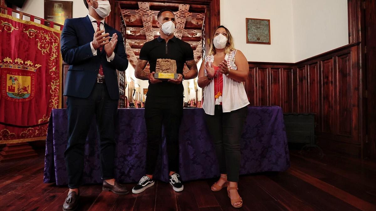 Suso, flanqueado por el alcalde y la conceja la Deportes de La Laguna