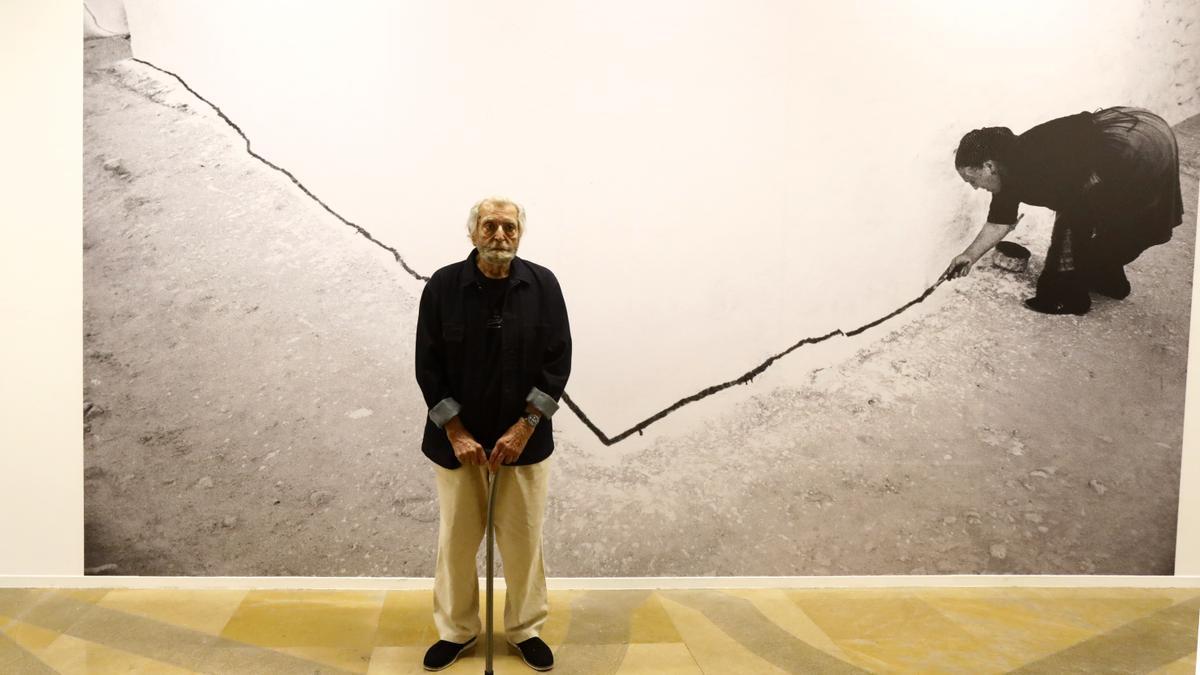 El fotógrafo Ramón Masats, frente a una de las fotografías de la exposición 'Visit Spain'.