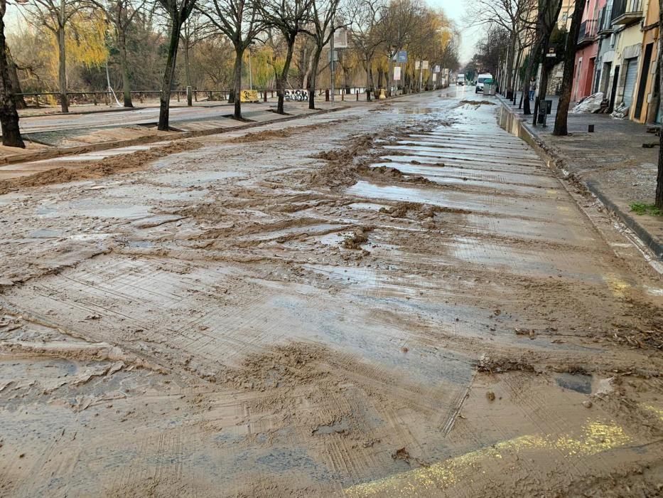 L'aspecte fangós on ahir hi havia inundacions pel desbordament del Ter
