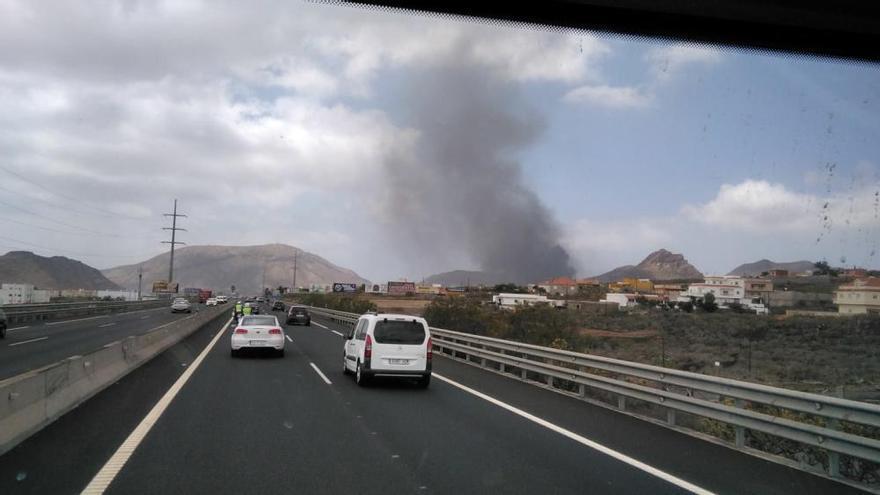 Aparatoso incendio en un desguace de Arona