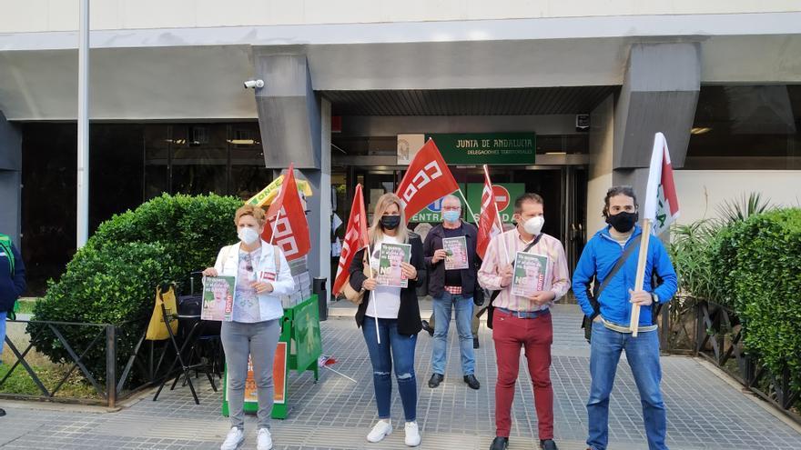 Sindicatos y padres del CEIP Camacho Melendo de Priego protestan ante la Junta