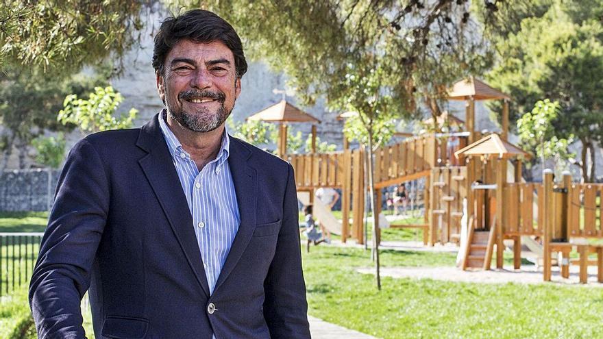 El alcalde, Luis Barcala, en el parque del Castillo de San Fernando, tras la entrevista.  | PILAR CORTÉS