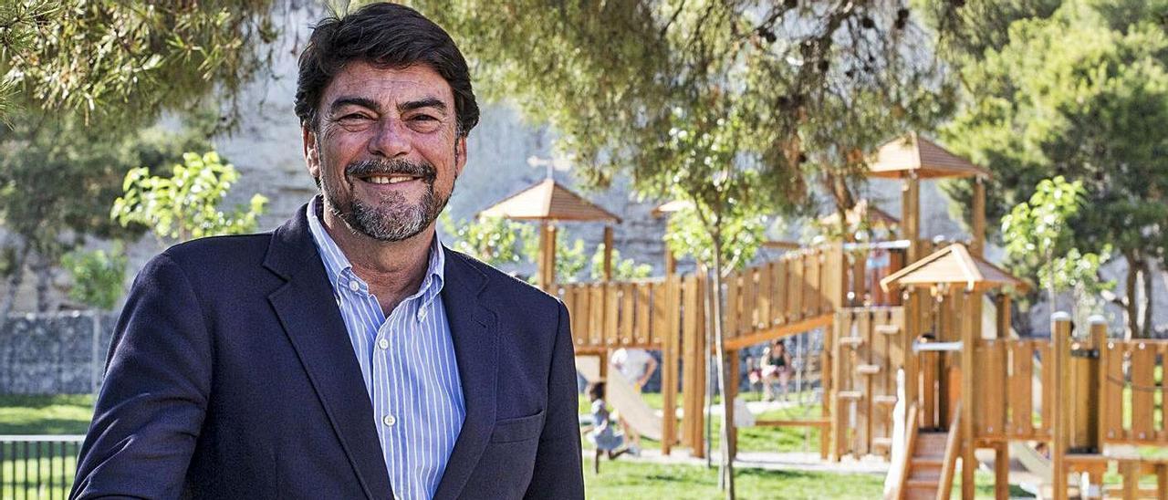 El alcalde, Luis Barcala, en el parque del Castillo de San Fernando, tras la entrevista.   