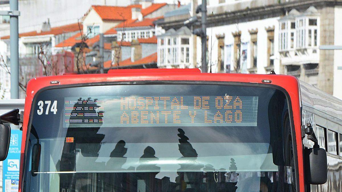 Un autobús de la Compañía de Tranvías, a su paso por la avenida de la Marina.