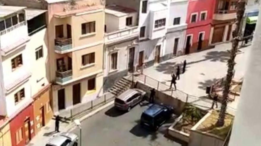 Un vecino del Polvorín amenaza a un grupo de policías con un cuchillo