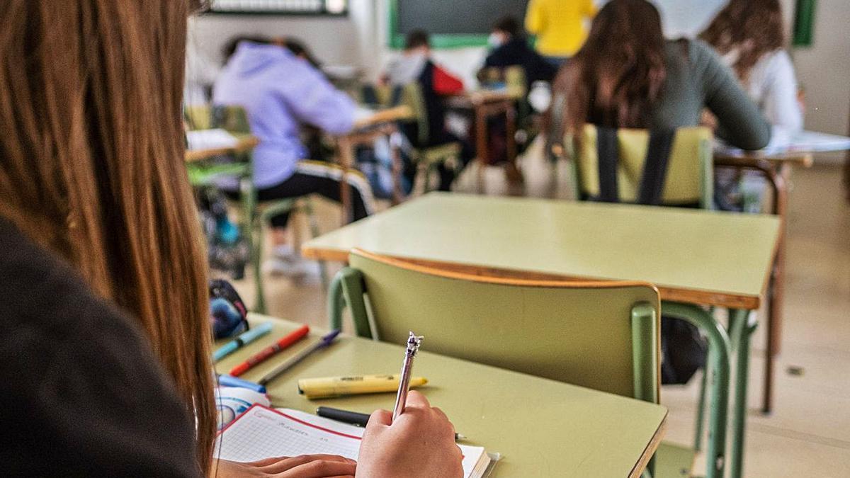 Una estudiantes en clase en en instituto tinerfeño.