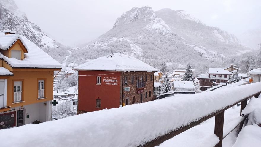 Asturias amanece el primer lunes del año con sus pueblos altos sepultados bajo la nieve