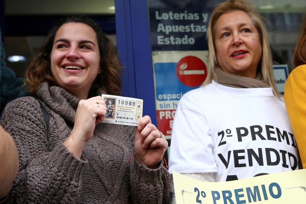 Agraciados con el segundo premio celebran en la administración número 31 de Madrid (Felix Boix, 4), que ha vendido 102 series.
