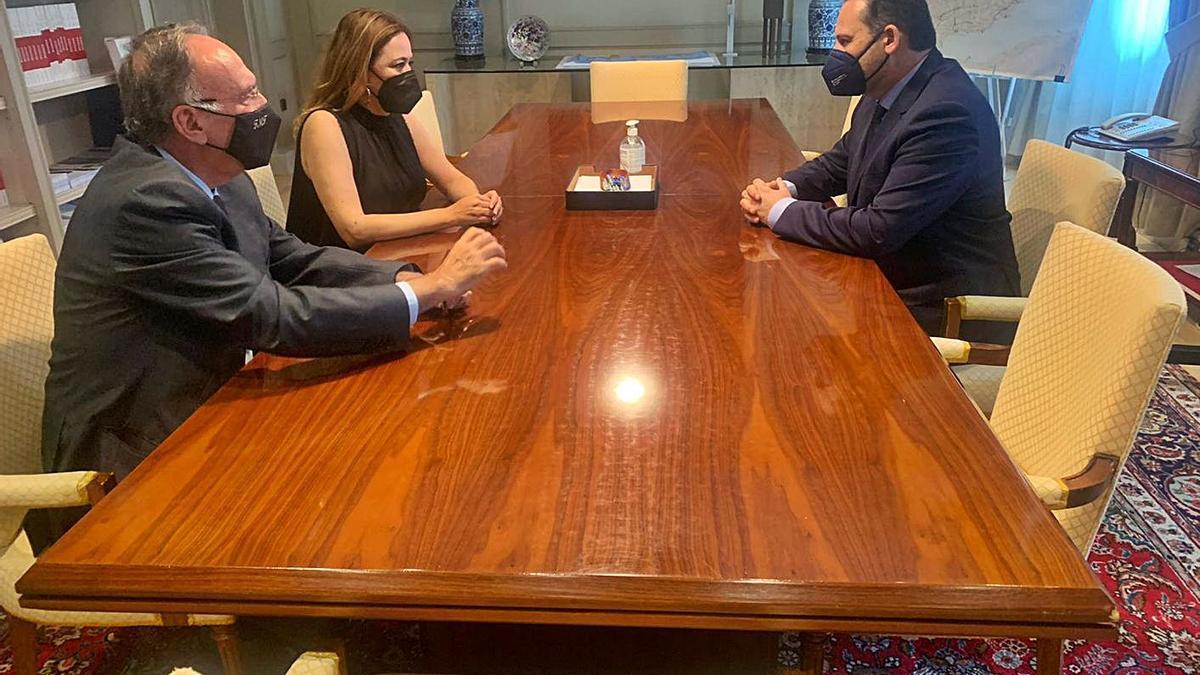 Manuel Fajardo (izquierda), María Dolores Corujo y José Luis Ábalos, durante la reunión en Madrid. | | LP/DLP