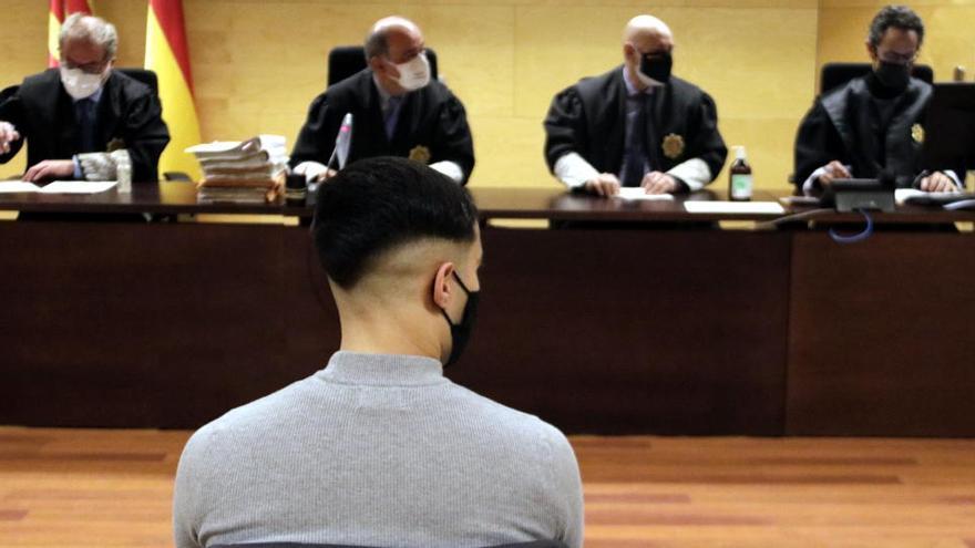 Jutgen un acusat que s'enfronta a 10 anys i mig de presó per violar una noia als lavabos d'una discoteca