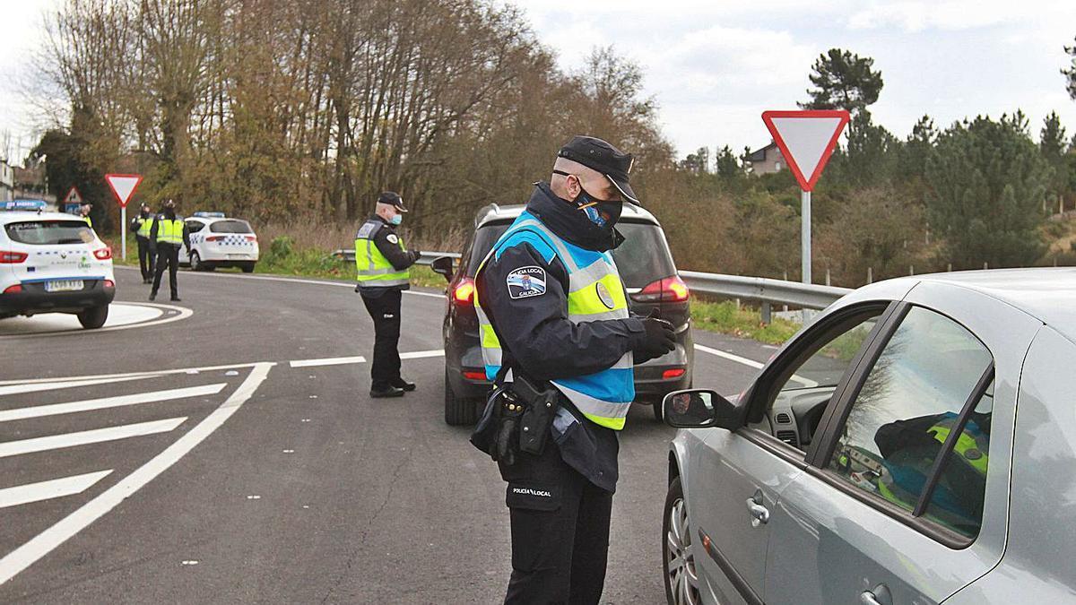 Un agente de la Policía Autonómica realiza una identificación en la circunvalación de Ourense.   | // I. OSORIO