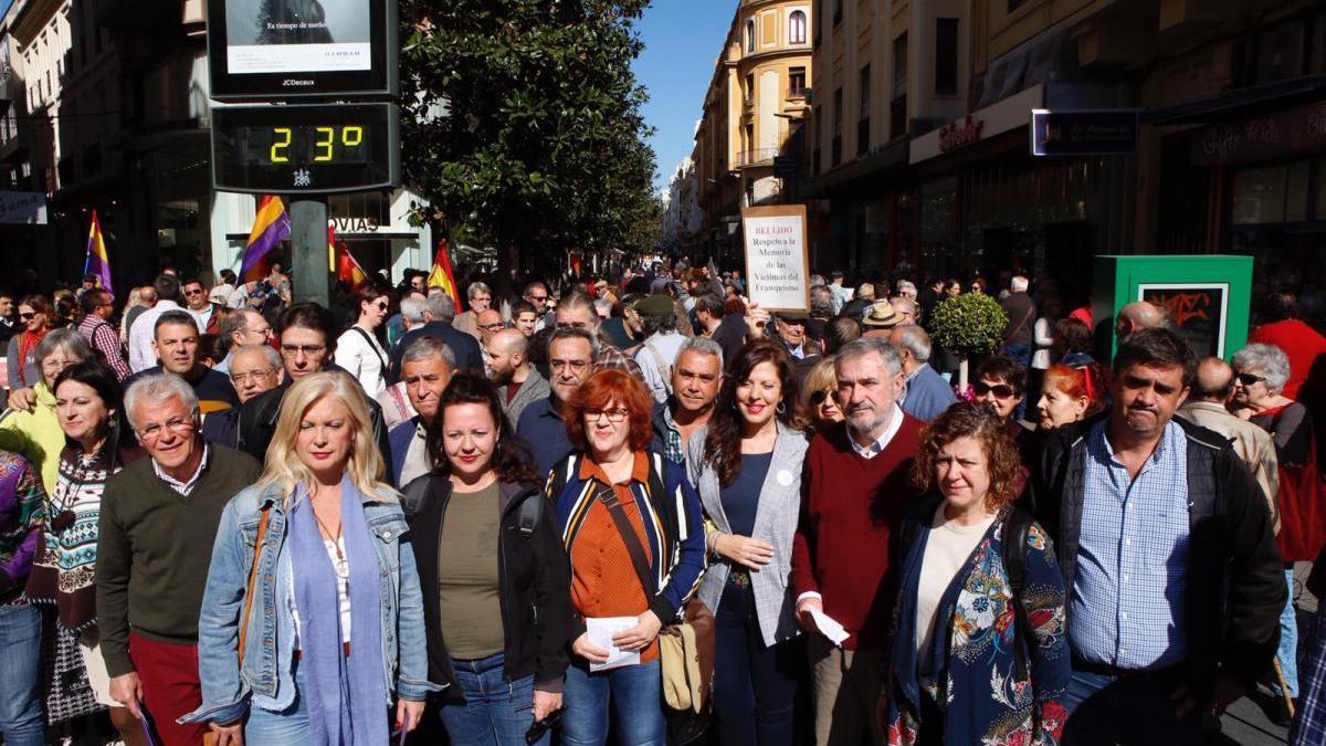 Unas 300 personas exigen al gobierno municipal que no revierta los nombres de Cruz Conde y Vallellano