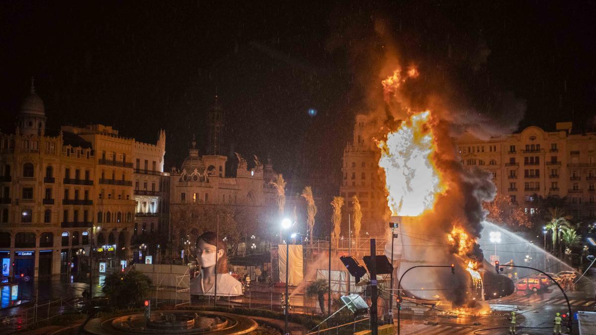 Finalmente el cuerpo central de la falla municipal ardió sin ceremonia y sin espectadores el 17 de marzo