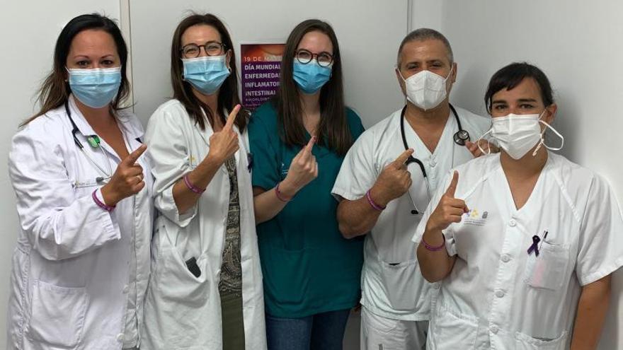 Los profesionales de la Unidad de Enfermedades Inflamatorias del HUC indicando con el dedo que ya casi es el 1% de la población la que sufre esta patología.l