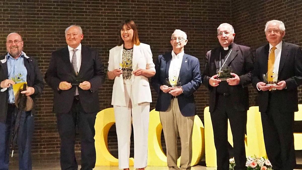 José Luis Pinilla (tercero por la derecha) posa con otros galardonados en los Premios Carisma. | Cedida