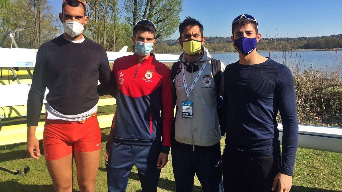Jordi Jofre, Manel Balastegui, el tècnic Carles Grabulosa i Aleix Garcia, els representants del CN Banyoles a l'Europeu de rem.