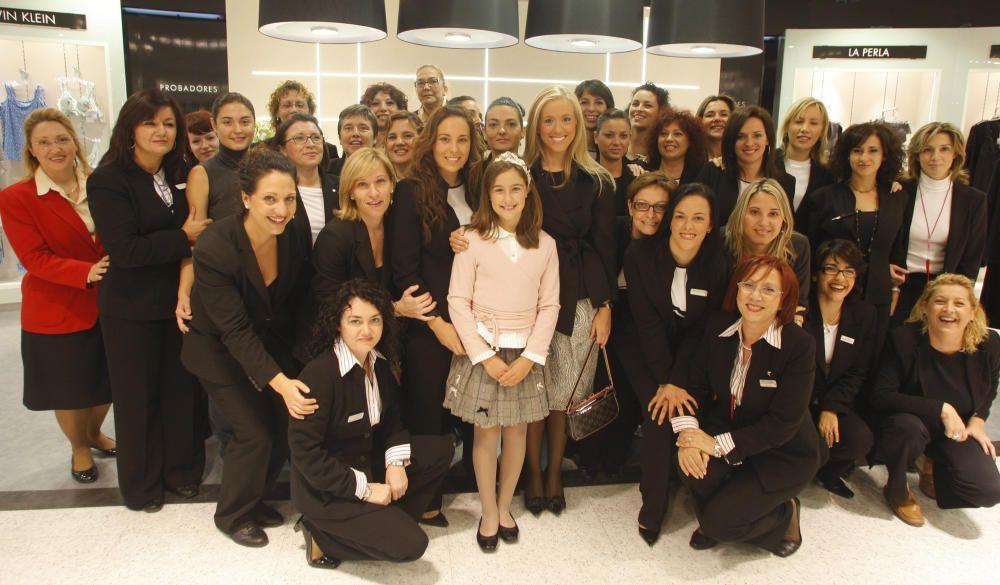 Gloria y Victoria, con las trabajadoras de El Corte Inglés.