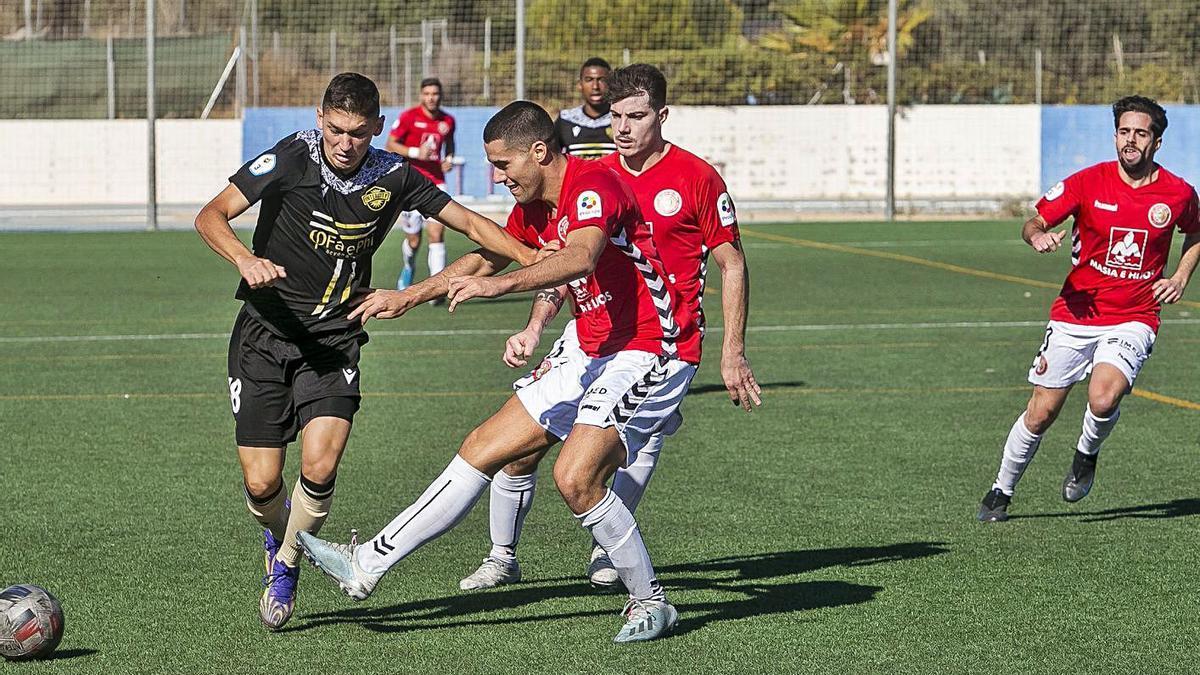 Instante del partido disputado ayer en Sant Joan.  HÉCTOR FUENTES