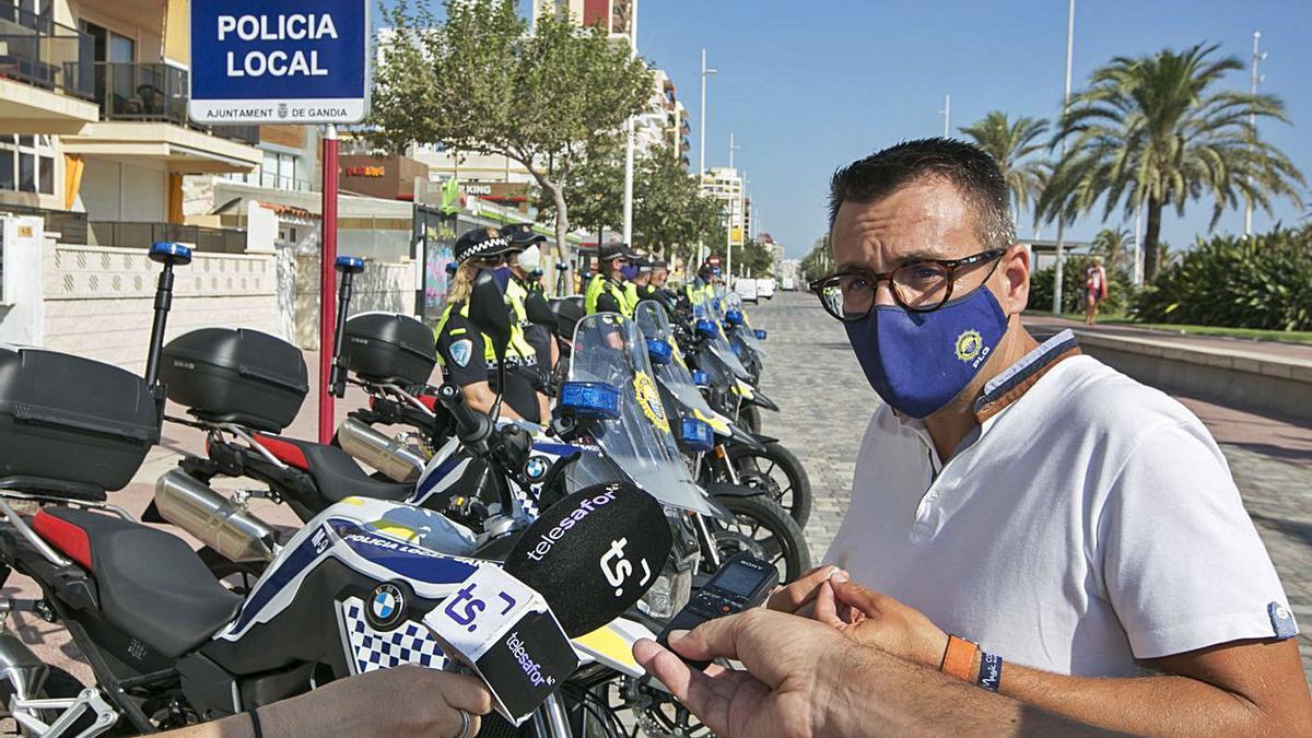 El concejal Nacho Arnau, con las motos y algunos de los agentes de la Policía Local, ayer en la playa.          ÀLEX OLTRA