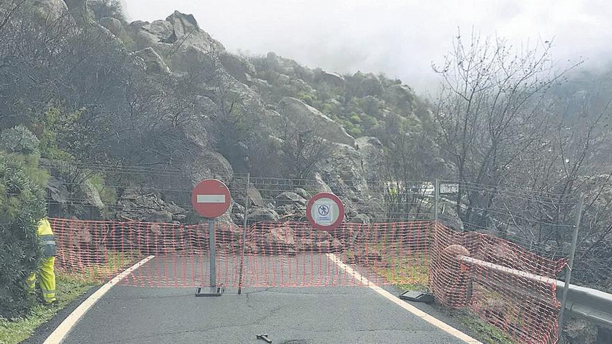 El paso del temporal obliga a arreglar de emergencia dos vías de la cumbre