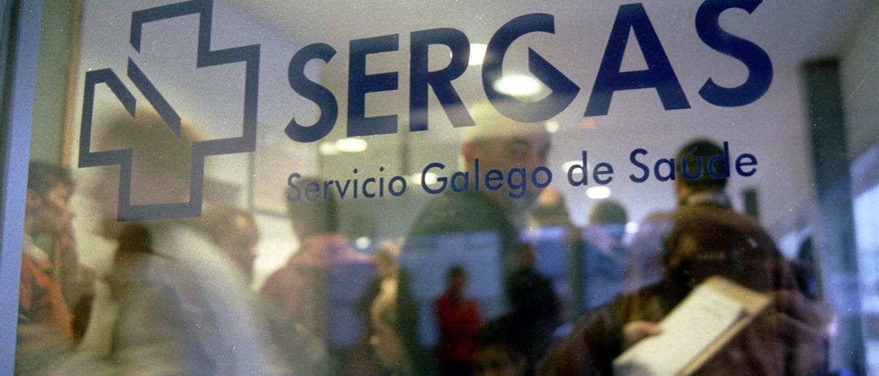 Logotipo del Sergas en la puerta de un ambulatorio.