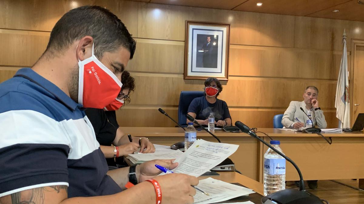 Ediles del PSOE, con la alcaldesa al fondo, en un pleno de Porriño. // Eurorrexión