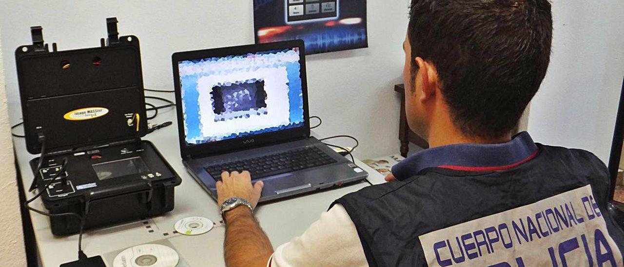 Un policía nacional durante una investigación.