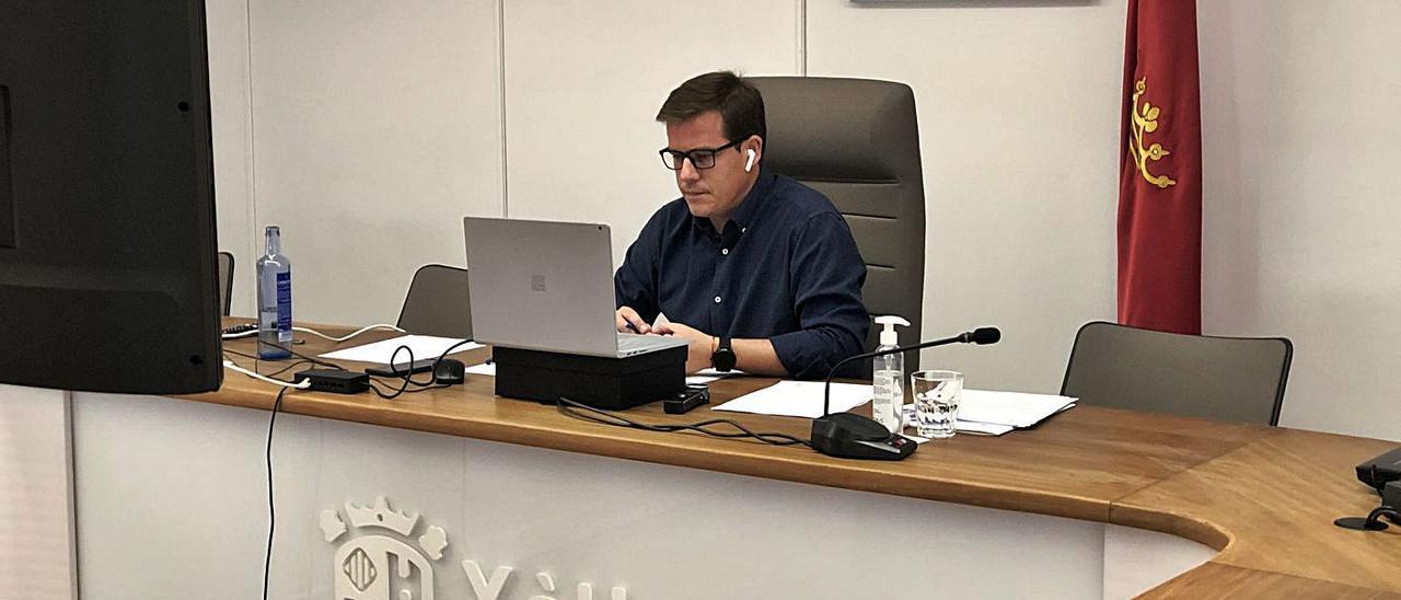 El alcalde de Xàtiva, Roger Cerdà durante el pleno telemático, celebrado el pasado sábado.