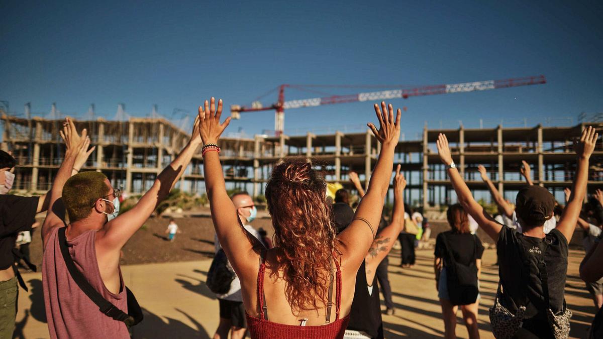 Concentración pidiendo la paralización de la obra del hotel La Tejita el 20 de junio de 2020.