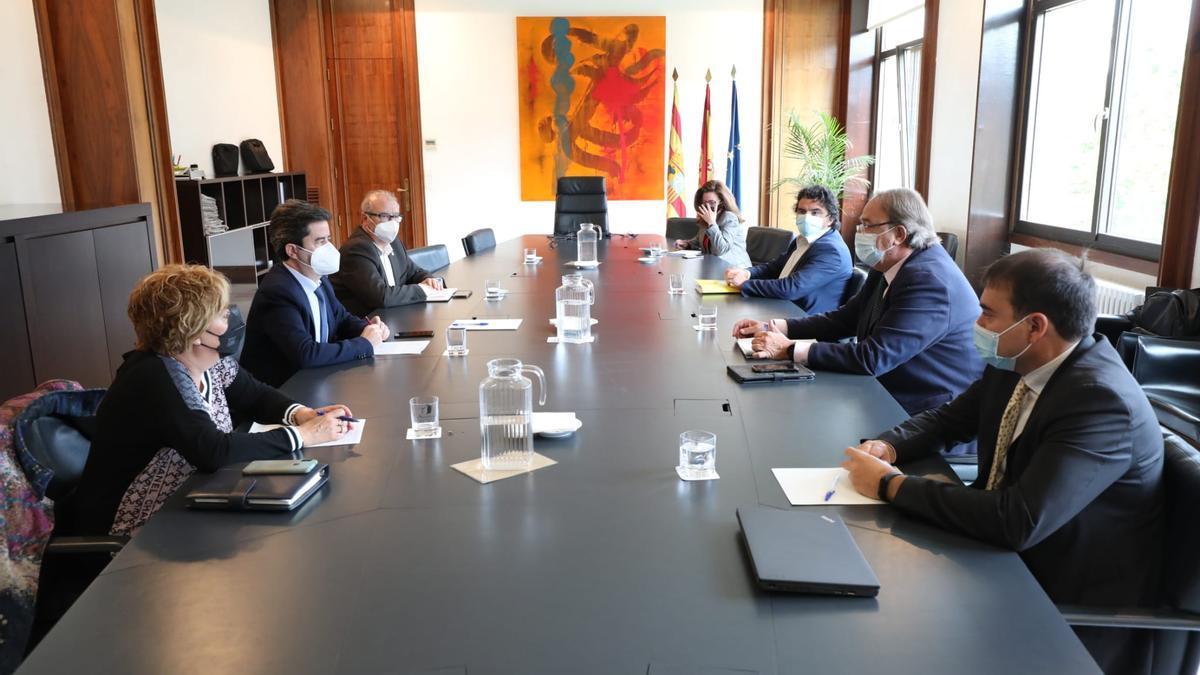El consejero de Hacienda, Carlos Pérez Anadón, ha recibido al alcalde de Huesca, Luis Felipe, en la sede de la consejería.
