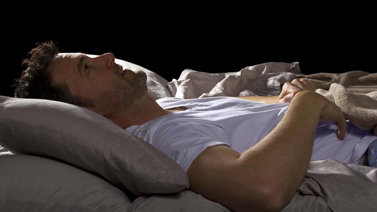 Si no podemos dormir es positivo levantarse a los 15 minutos y emprender una actividad relajante.