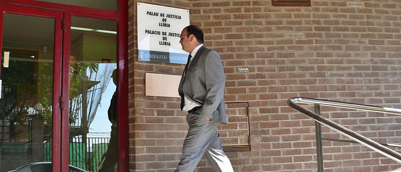 Ricardo Arnal, en 2009, entrando en el Juzgado de Llíria por el incendio forestal de La Calderona. | LEVANTE-EMV