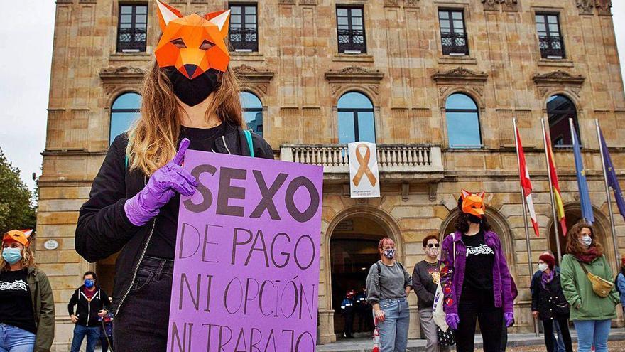 Manifestación feminista en la plaza Mayor para abolir la prostitución