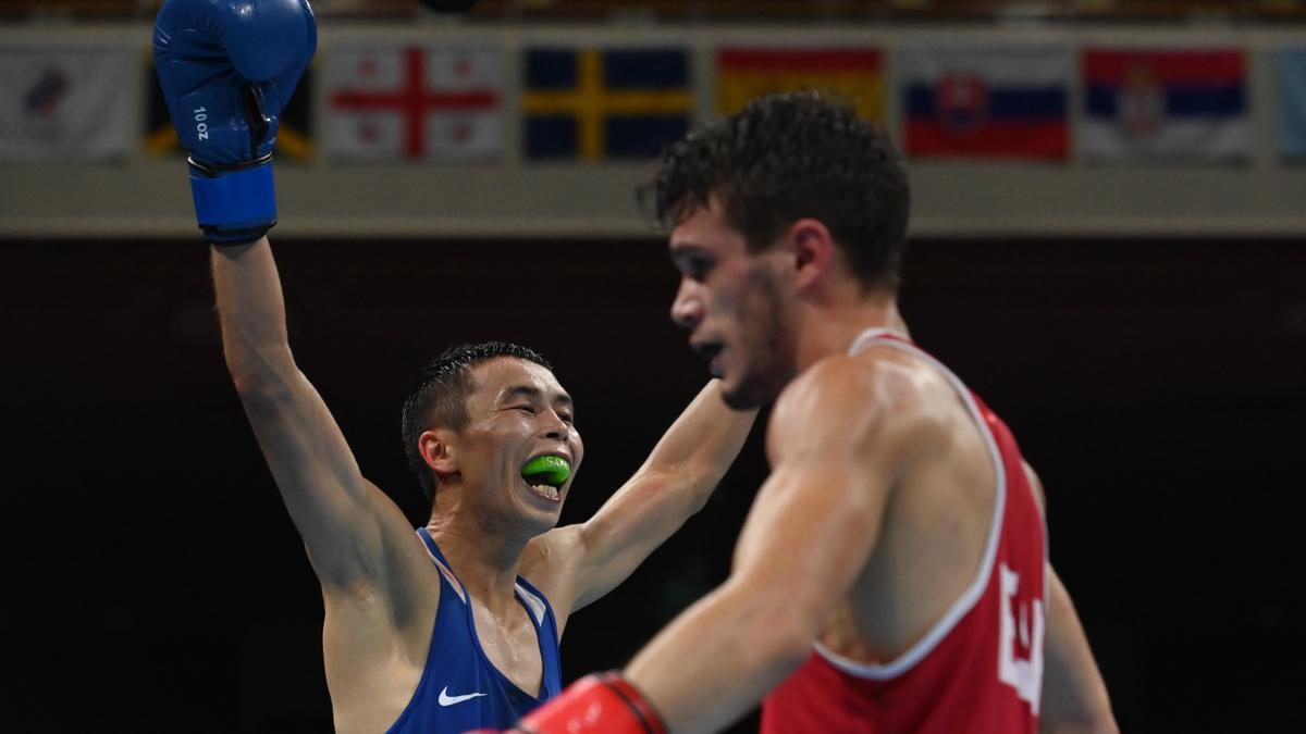 Gabriel Escobar, ante Saken Bibossinov en un momento del combate.