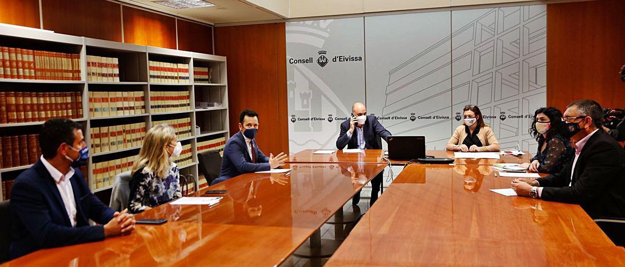 Marí y Garrido, ayercon cuatro de los alcaldes de la isla.