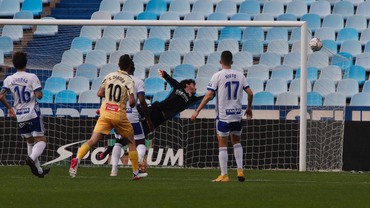 Cristian Álvarez vuela en el partido contra el Espanyol.