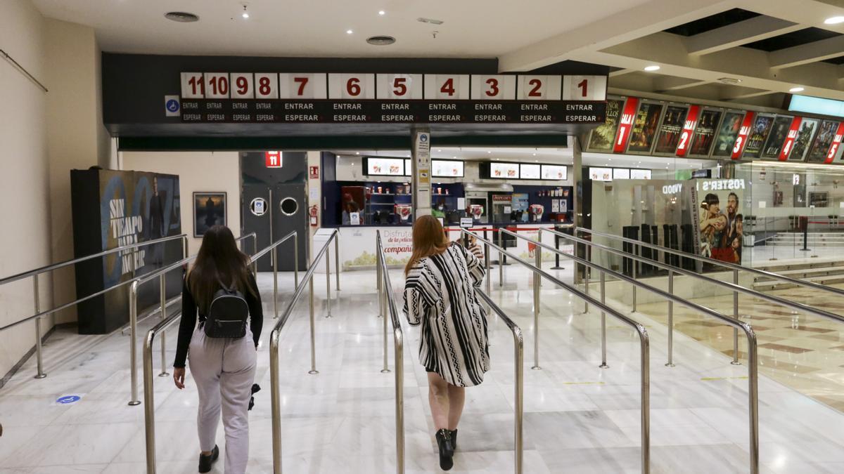 Los cines claman contra la nueva prórroga del veto a consumir en sus salas