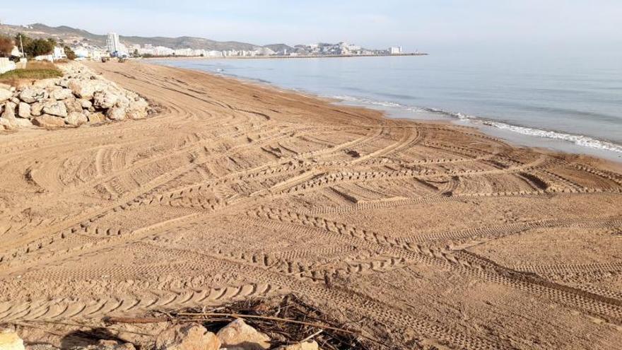 Cullera limpia las playas con sus medios sin esperar a Costas y la CHJ