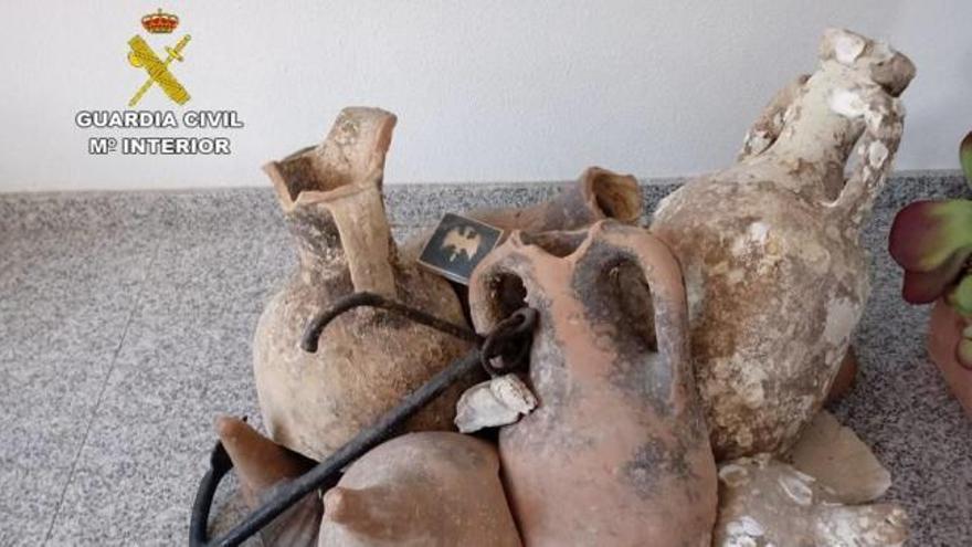 Recuperan 13 ánforas romanas que decoraban una tienda de congelados en Santa Pola