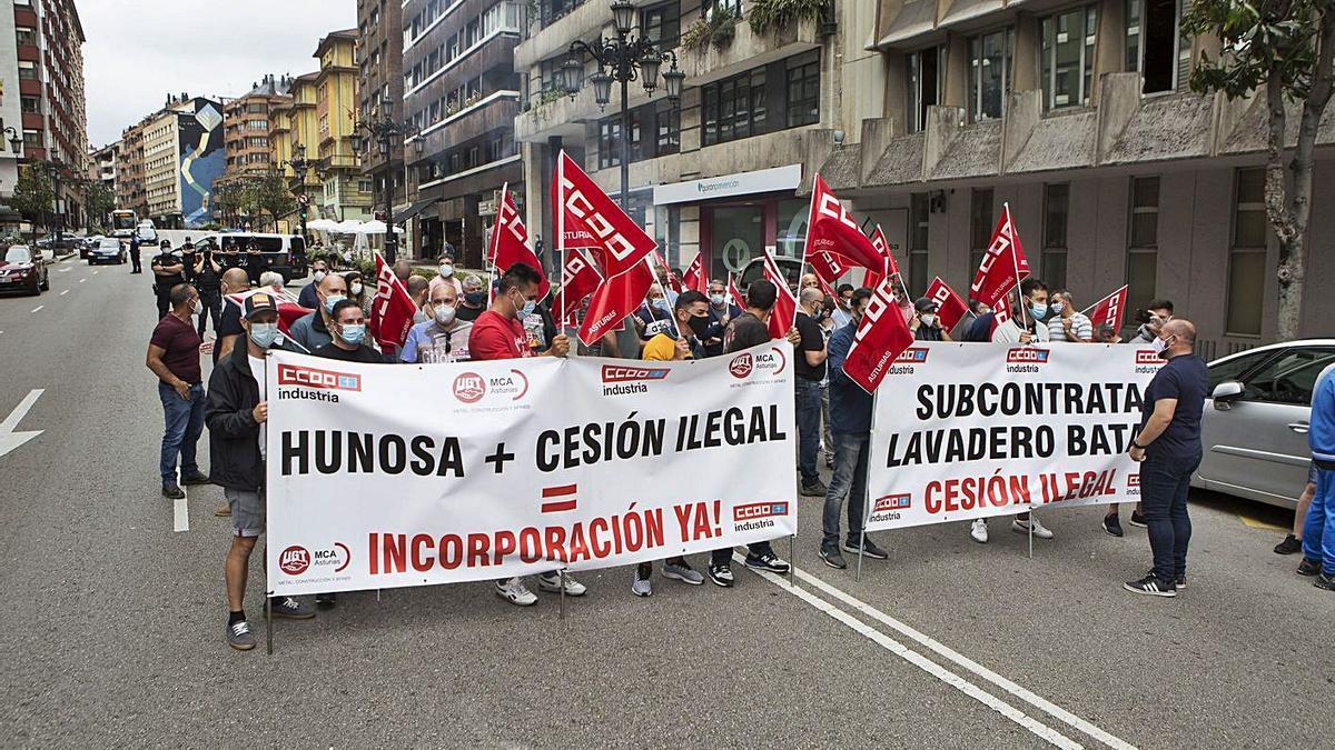 Trabajadores del lavadero del Batán, en una protesta frente a la sede de Hunosa.   Fernando Rodríguez
