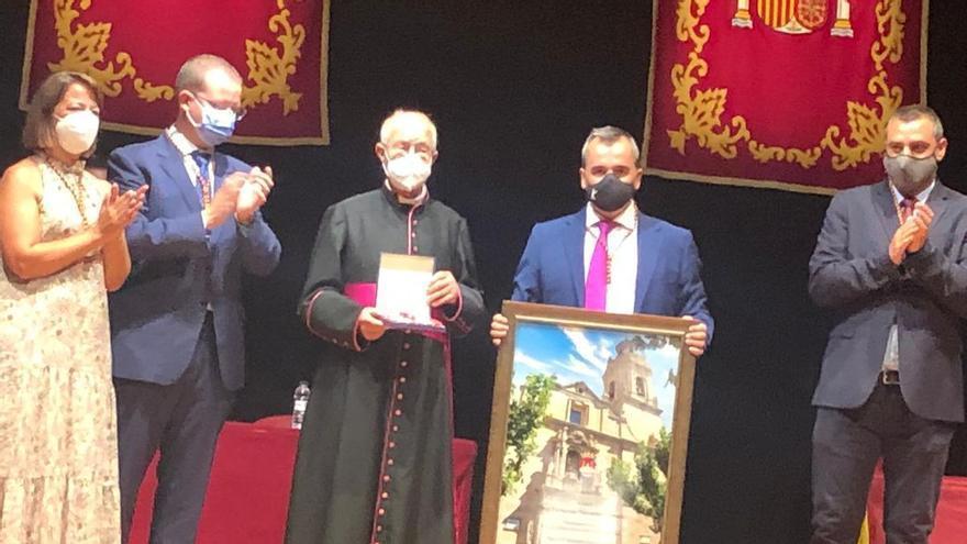 El sacerdote Fernando Navarro ha sido declarado hoy hijo adoptivo de Aspe