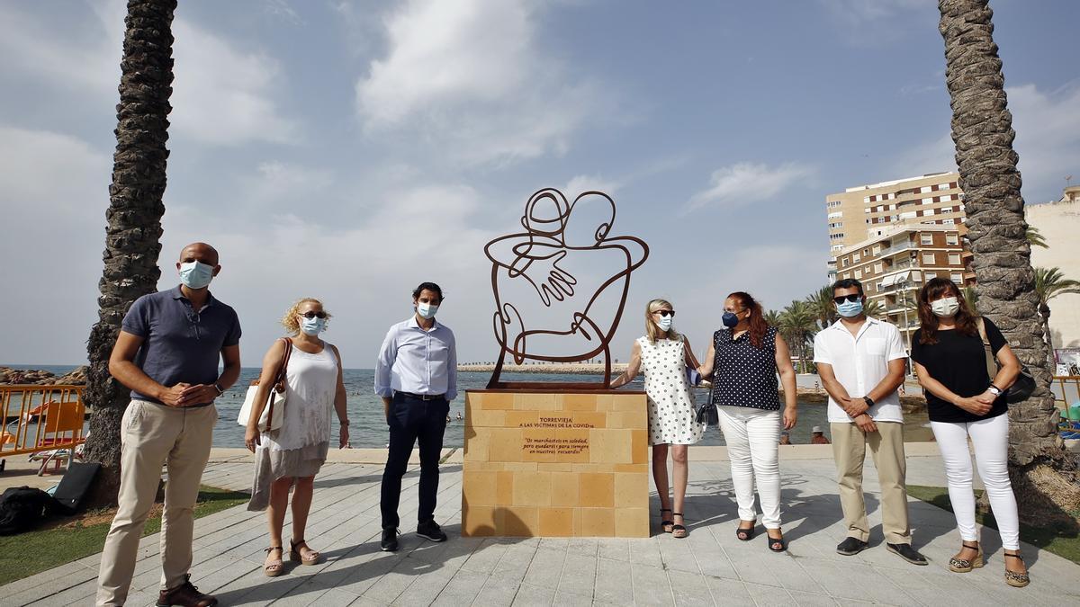 Imagen de la presentación de la escultura de homenaje a las víctimas del covid en el paseo marítimo de Torrevieja
