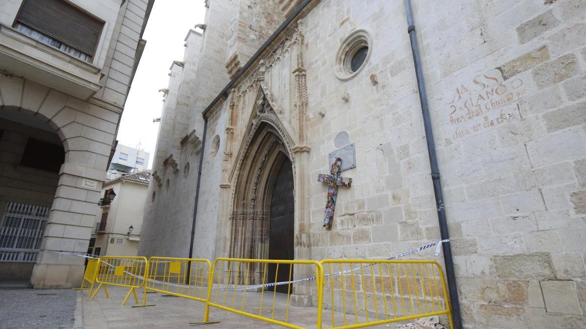 La puerta de Santa María de la Colegiata de Gandia, cerrada por desprendimientos