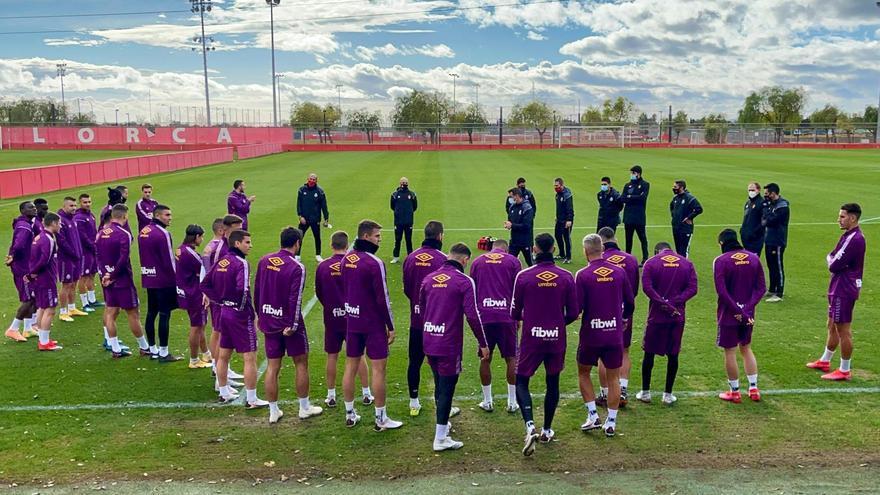 El técnico Luis García se dirige a los jugadores del Mallorca este mediodía en Son Bibiloni