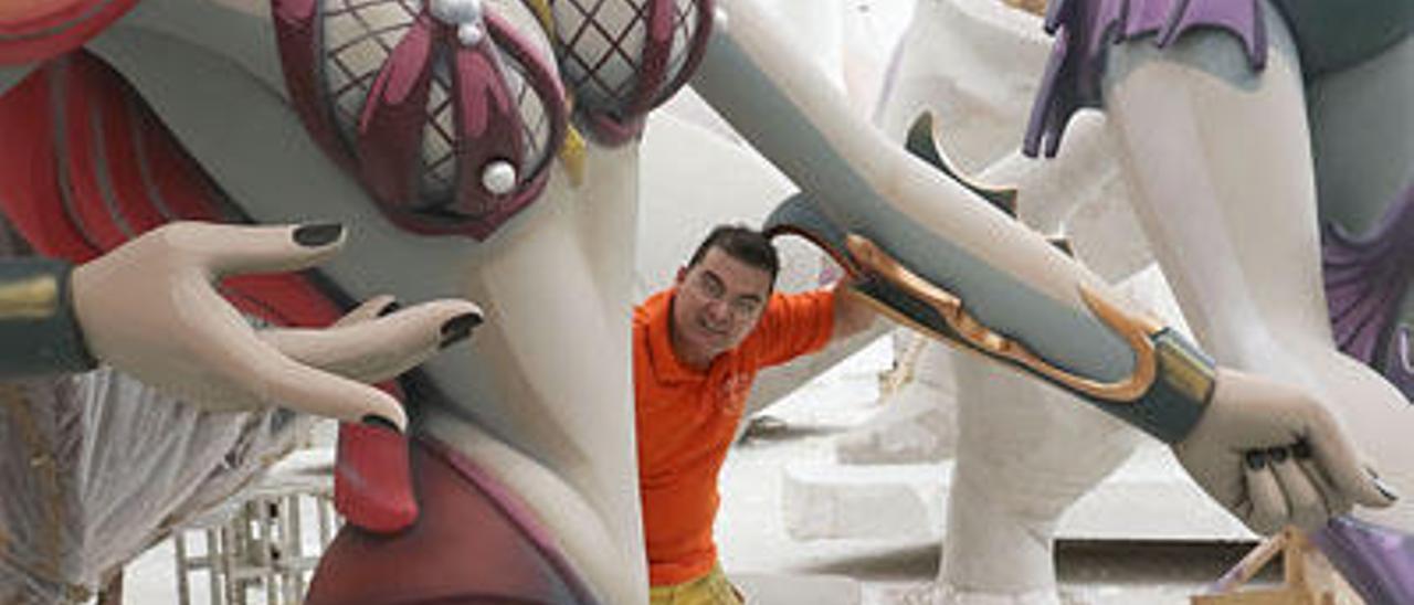 El artista Pere Baenas, en su taller de Daimús.